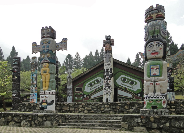 Totem_poles_in_Formosa_Aboriginal_Cultural_Village